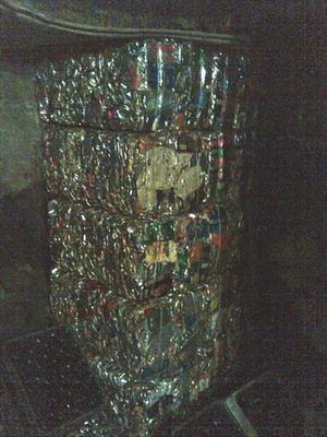 Стопочка брикетов из алюминиевых баночек